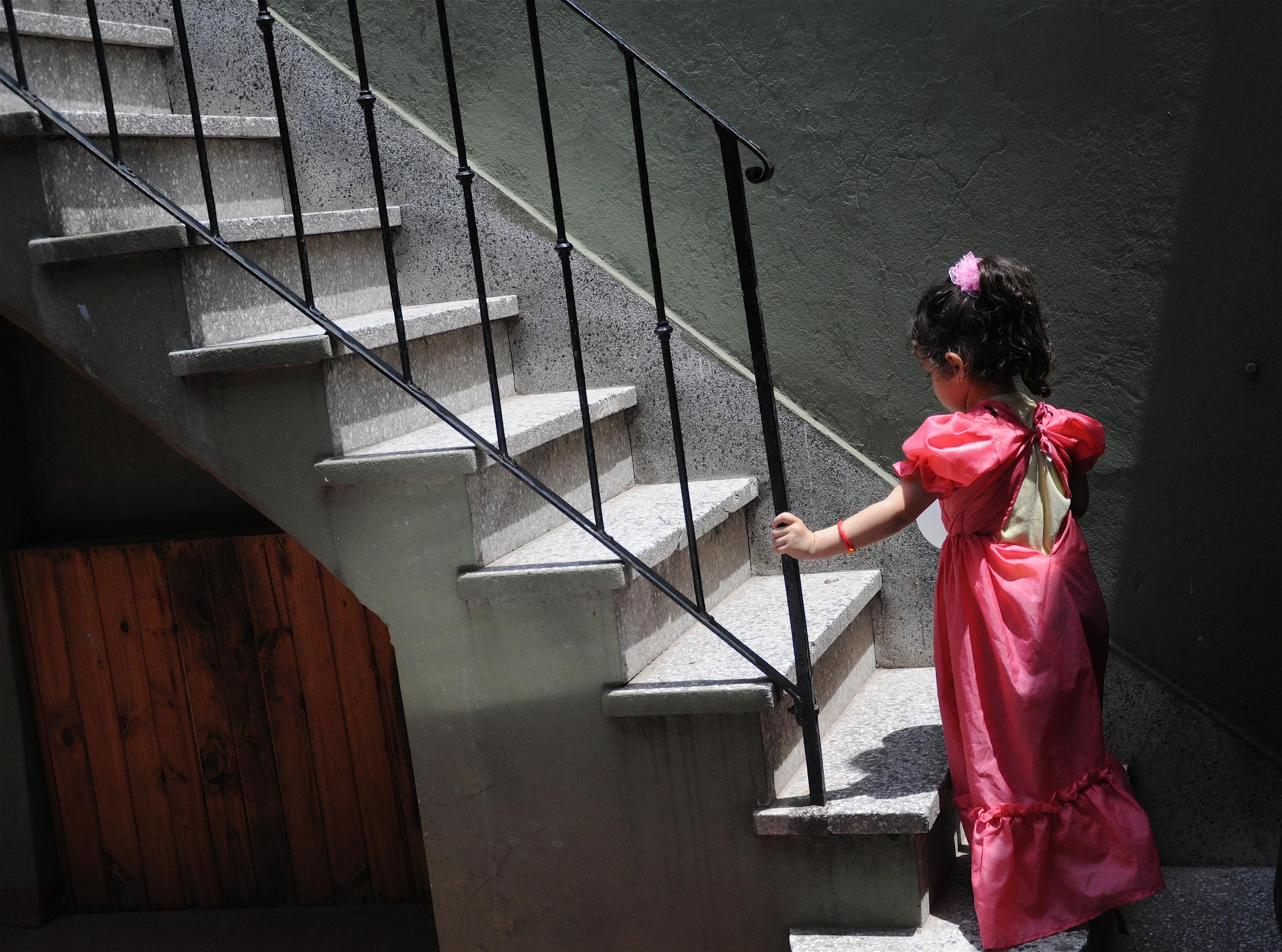 Azul Climbs the Stairs