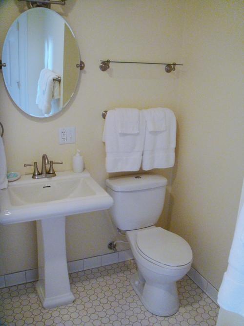 Suite-101-Bath.jpg