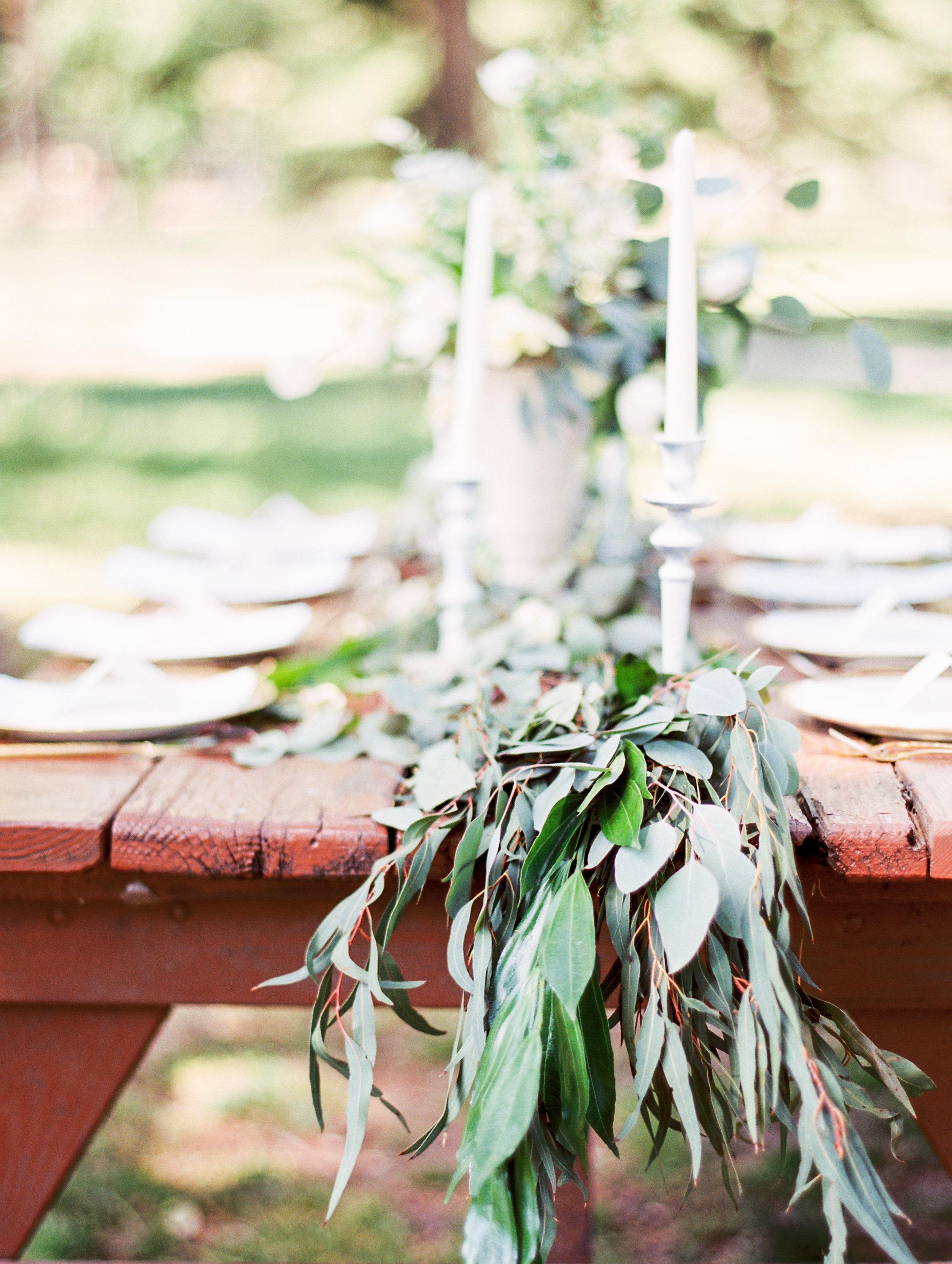 Green leaf table runner