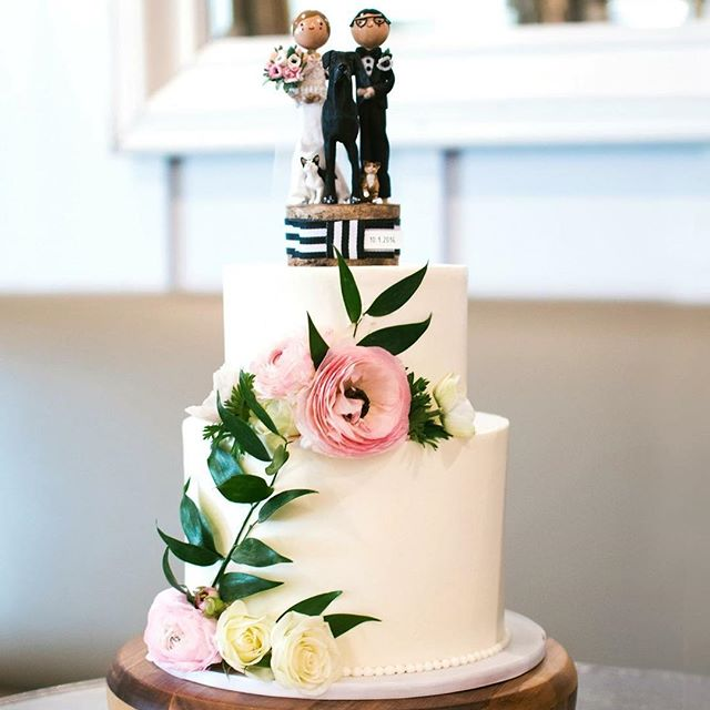 Because I'm craving cake... I thought I'd highlight some of my favorite cakes made for some of my favorite couples :) This little cutie was made by @hhdesserts for an intimidate wedding celebration for foodie enthusiasts @lo.olaya and @ddolaya 's Atlanta wedding! Expertly styled by the lovely @allisonsong.co with the perfect blooms! . But the BEST part is the wooden cake topper!!! Custom made by @thesmallobject , Lauren and Dean has their whole fur baby family celebrating with them in spirit on top of their cake! I love how much of their personality is shown in this cake! Inject small personal details into YOUR wedding to make it extra special! 📷: @leahandmark . . #atlanta #atlantawedding #weddingcake #pregnantcravings #weddingplanner #jctkitchen #southernweddings #caketopper #custommade #madewithlove #joannadeeweddings #octoberwedding