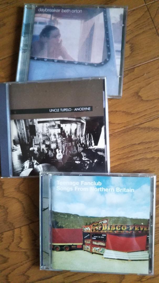 上から ベス・オートンの「Day breakers」  アンクル・テュペロの「ANODYNE」  そして、ティーンエイジファンクラブの「Songs from Northarn Britain」    今はエヴリシングバットザガールの「World Wide」聴いてます 「talk to me like the sea」と「TwinCities」がまさに夏 ツインシティズのアンサーソングが各駅停車なのである(今気づいた)