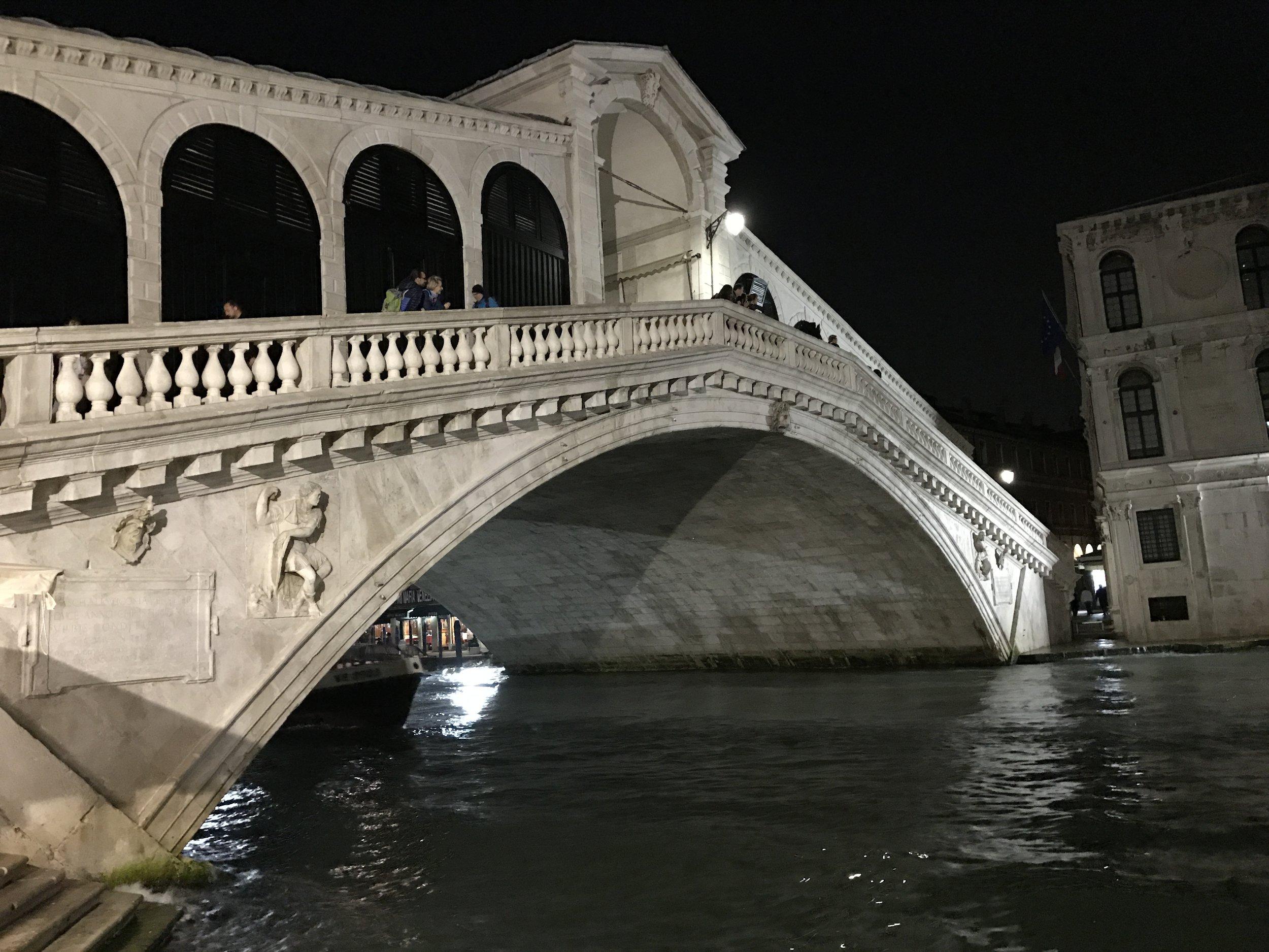 Ponte di Rialto a notte