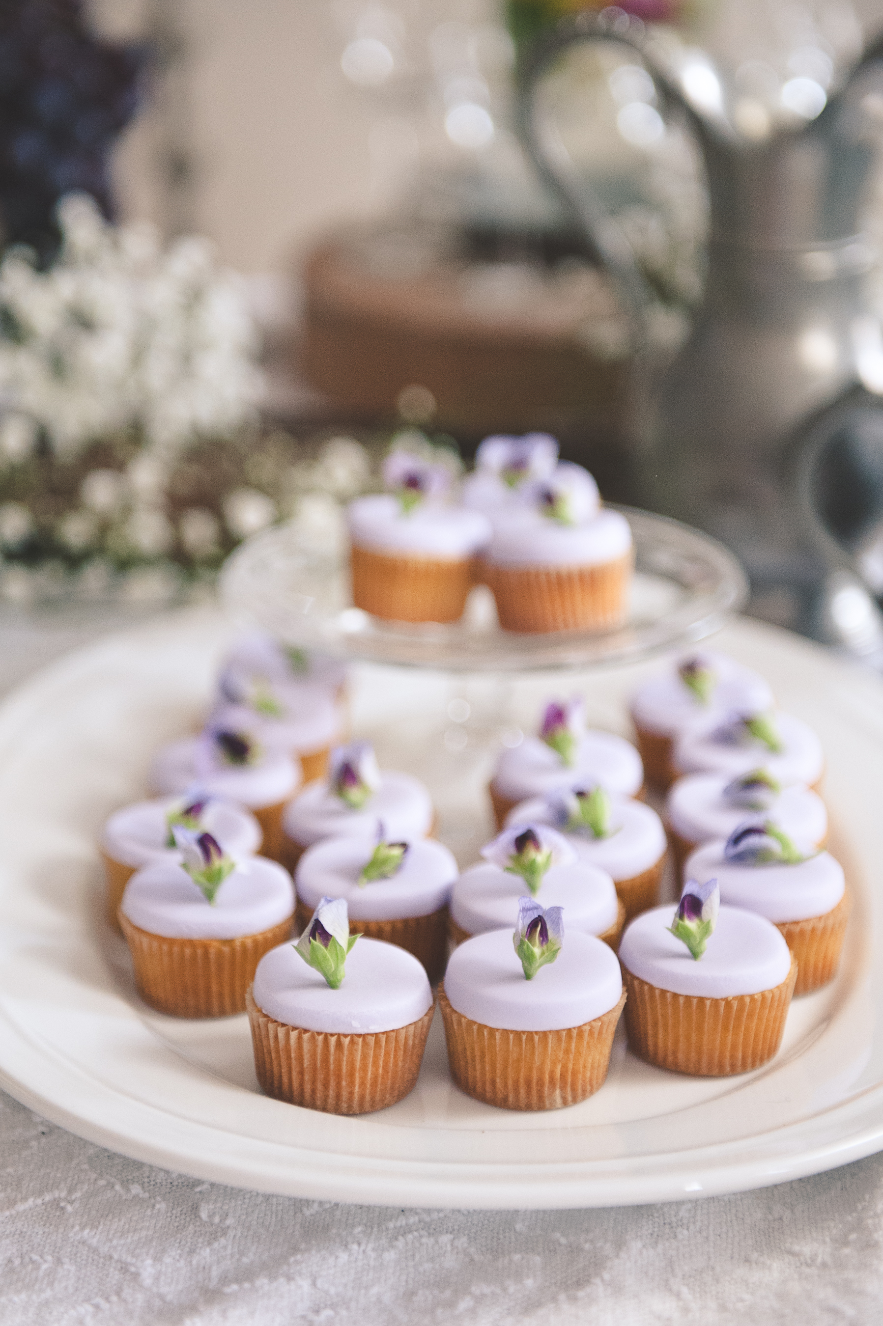 cupcakes with sweet pea flowers: edible flowers photo shoot