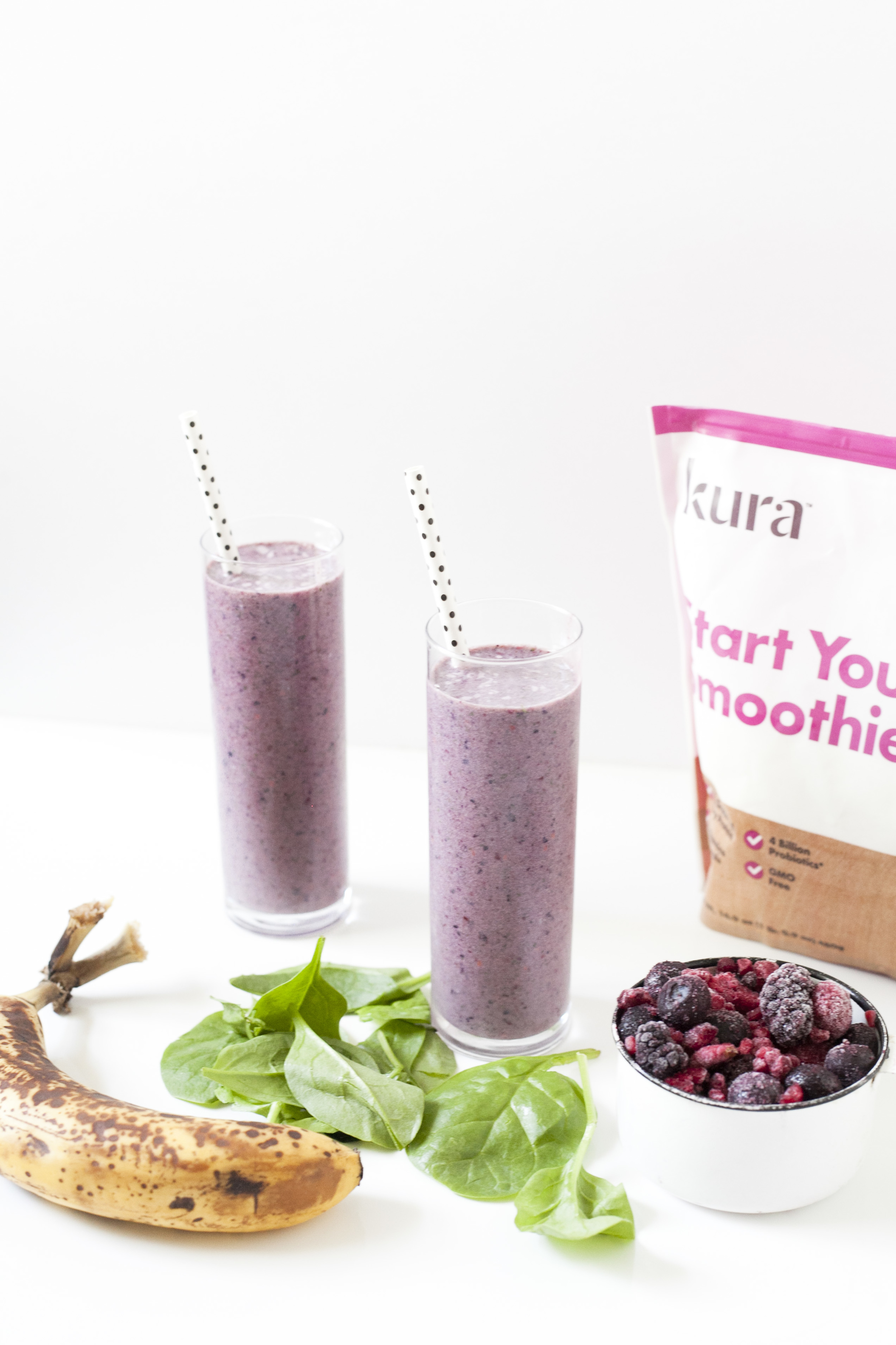 healthy smoothie breakfast, kura with spinach, berries and banana