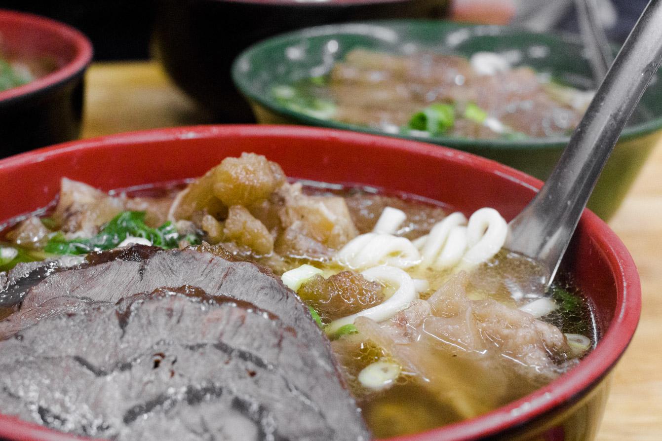 Lin Dong Fang's large half tendon/half shank beef noodle soup 红烧半筋半肉牛肉面 (NT$220).