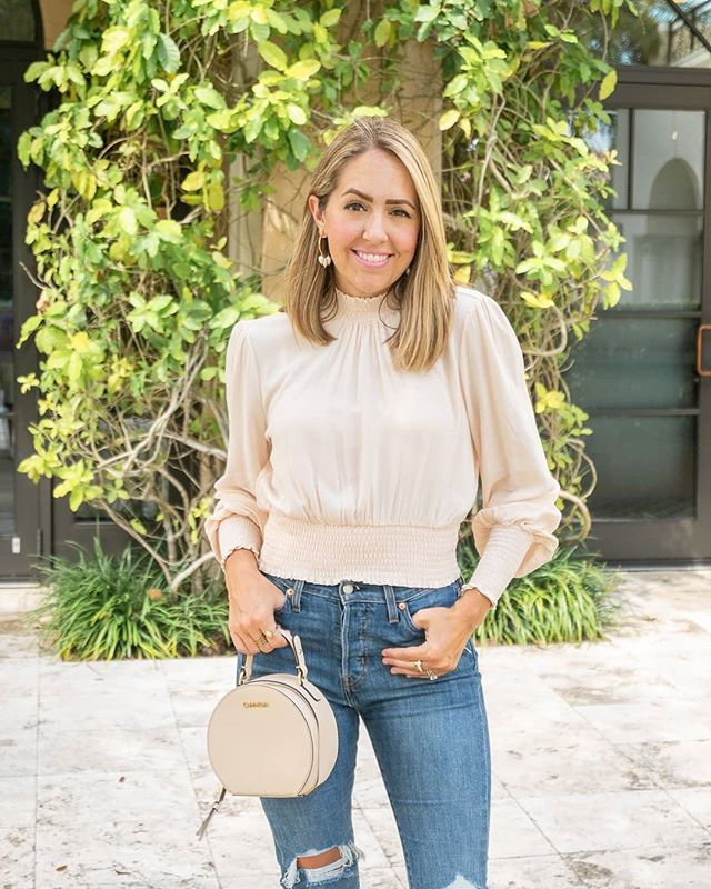 New blog post!! 🌾 Singing the praises of this $20 top (still in stock and also comes in black) + others like it. Head to link in profile or comment for deets!! 🍂 . . #lookforless #budgetfashion #teacherstyle #royalstyle #denimstyle #budgetstyle #orlandoblogger #orlandoblog