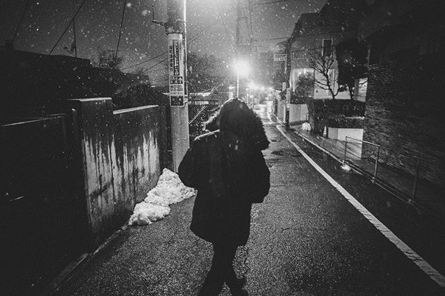 @helloito braving the snow after his birthday party. Rarely do you meet such a positive and genki dude with admirable passion for life through his work and play. Glad you're here bro 💪🏾✨ Looking forward to more drunken stumbling soul-enlightening sessions with you.  #mates #meguro #snow #japan #友 #目黒 #雪 #酔っ払い #fujifilm #xpro2 #白黒 #bnw