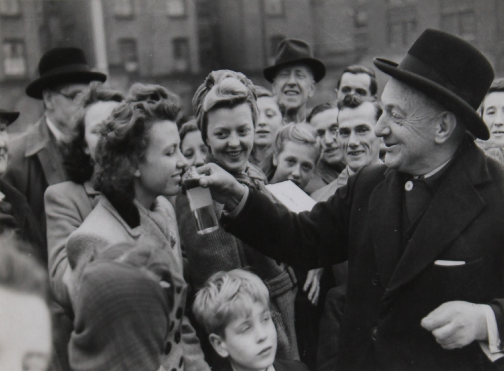 The perfume salesman, elephant and castle by Bert Hardy.jpg