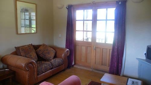 Cabin-living-room-at-Bonhays-Meditation-&-Retreats-500.jpg