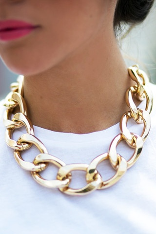 photo: hauteandrebellious.com    2. Oversized Gold Jewelry