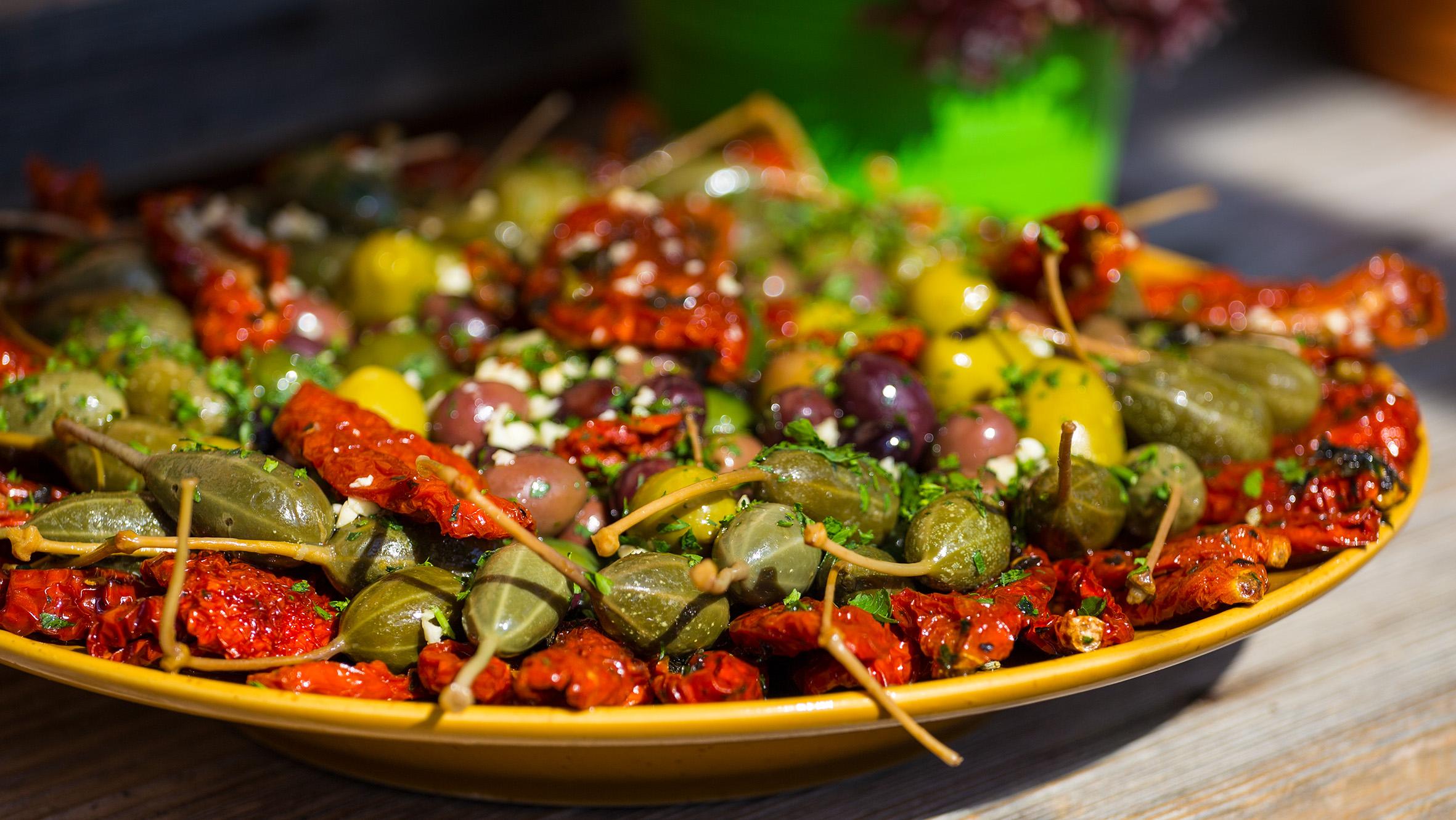 getrocknete Tomaten, Karpern und Olivenmix
