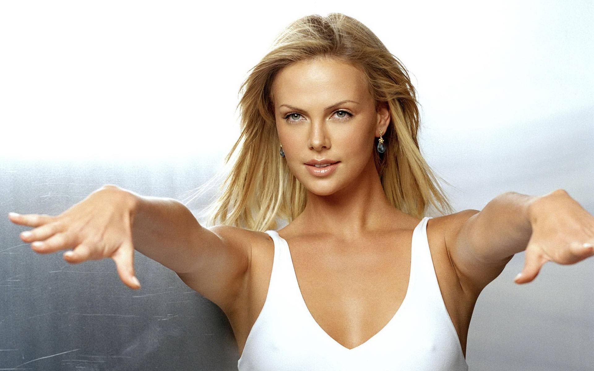 Charlize-Theron-Dancing-1920x1200-Wallpaper-001.jpg