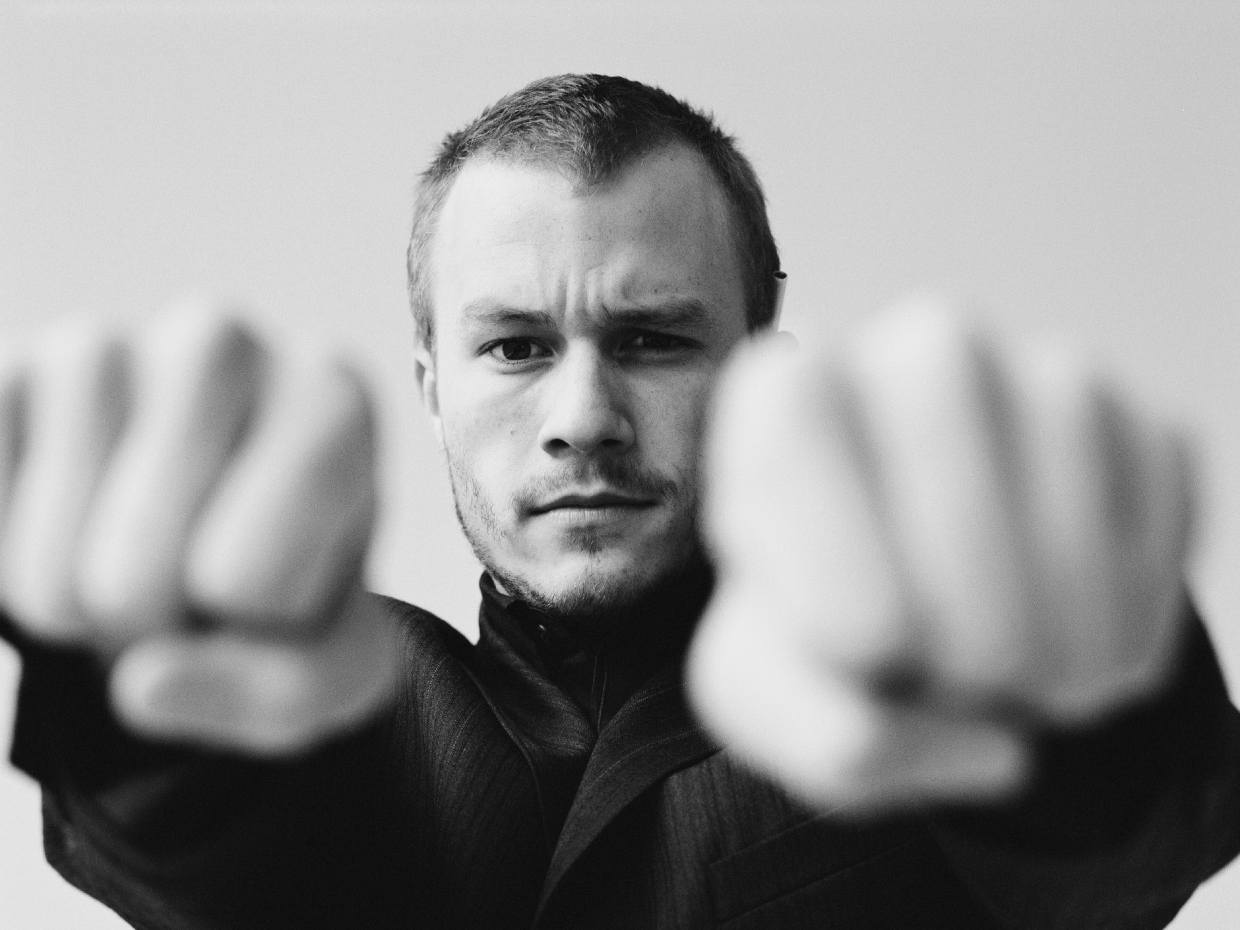 suit_grayscale_heath_ledger_monochrome_1920x2400_wallpaper_Wallpaper_2560x1920_www.wallpaperswa.com.jpg