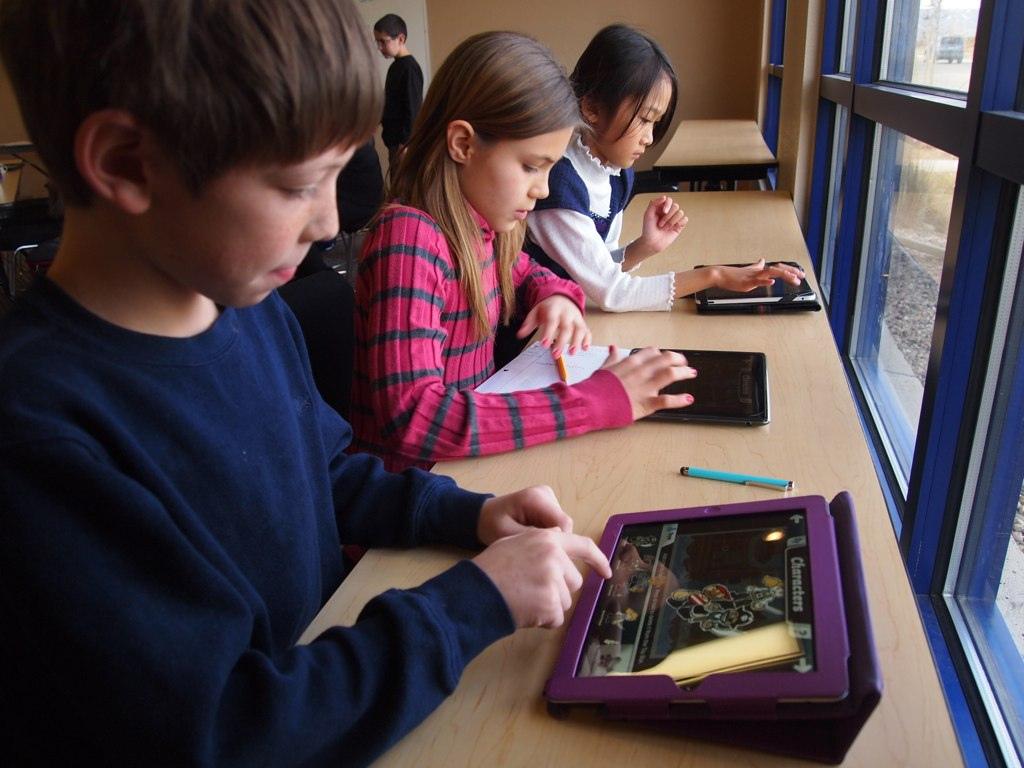 School_children_with_iPads_(6660064659).jpg