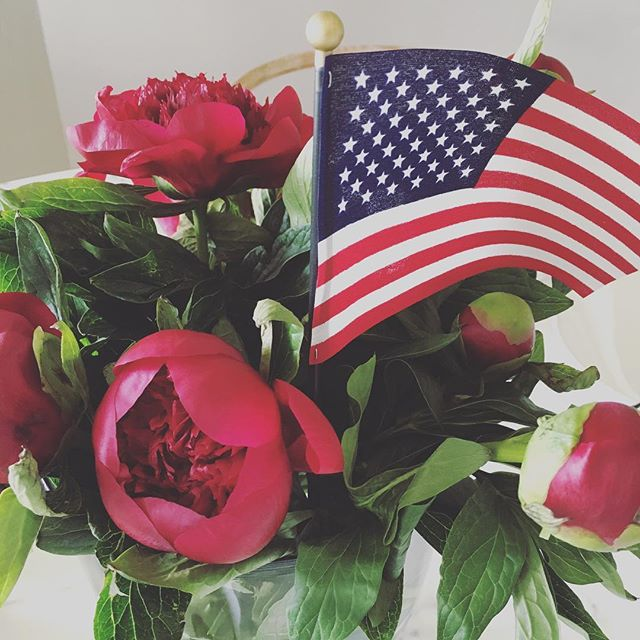 Fourth of July blooms. #happyfourthofjuly #blooms #Ihavethisthingqithflowers #bixbybunglow