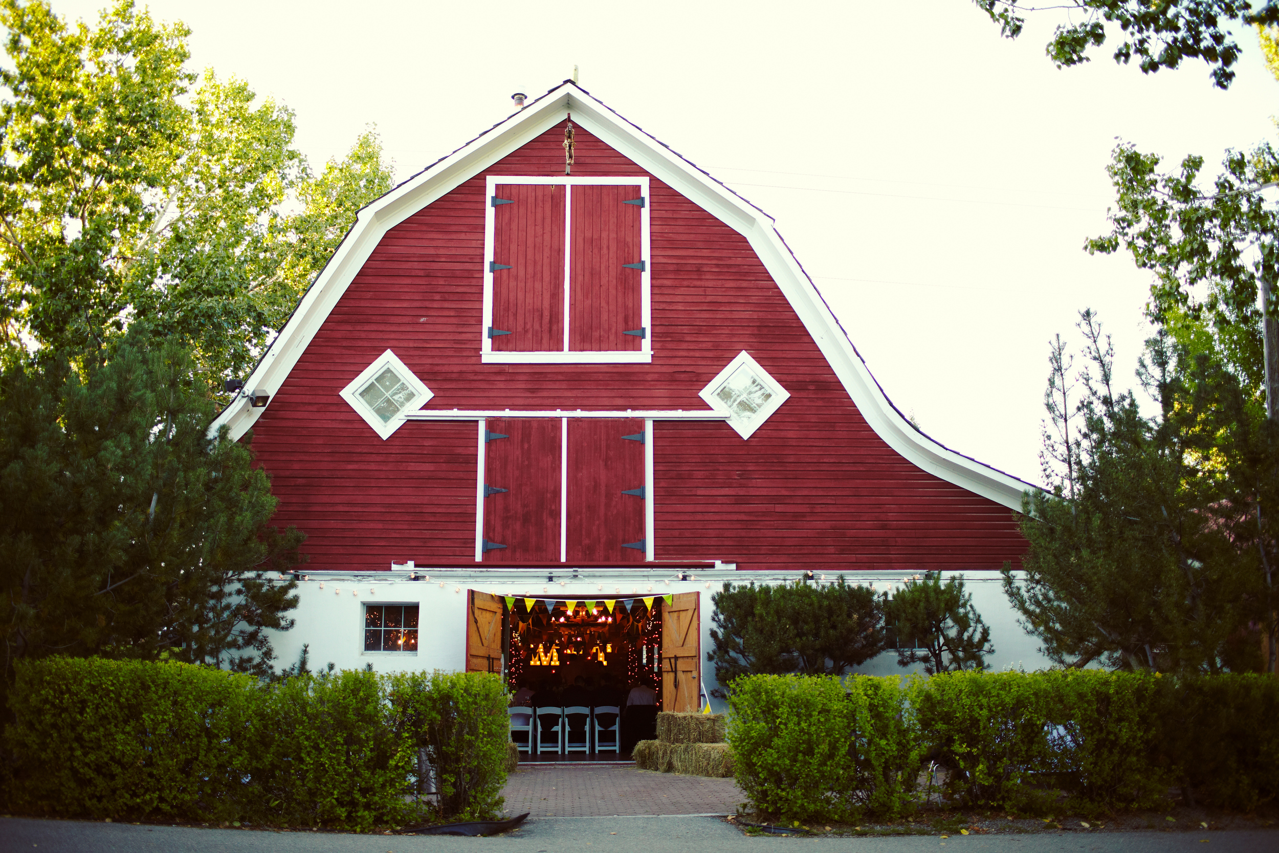 Shawnessy Barn is a fantastic wedding venue with easy access to a lovely park