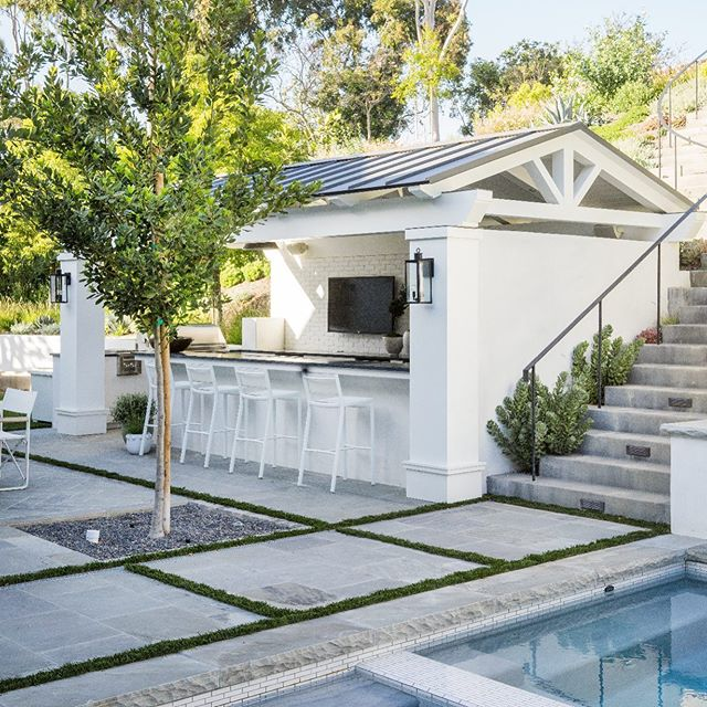 Welcome to the weekend. Enjoy every moment! . . . . . . . Architecture; @brandonarchitects  Builder; Neil Longman Lens; @lanedittoe  Interiors; @kellynuttdesign  #californiagarden #mollywoodgardendesign #landscapedesign #liveoutdoors #poolside #outdoorliving #landscapedesign #sodomino #myhousebeautiful #californialiving #orangecounty #socal