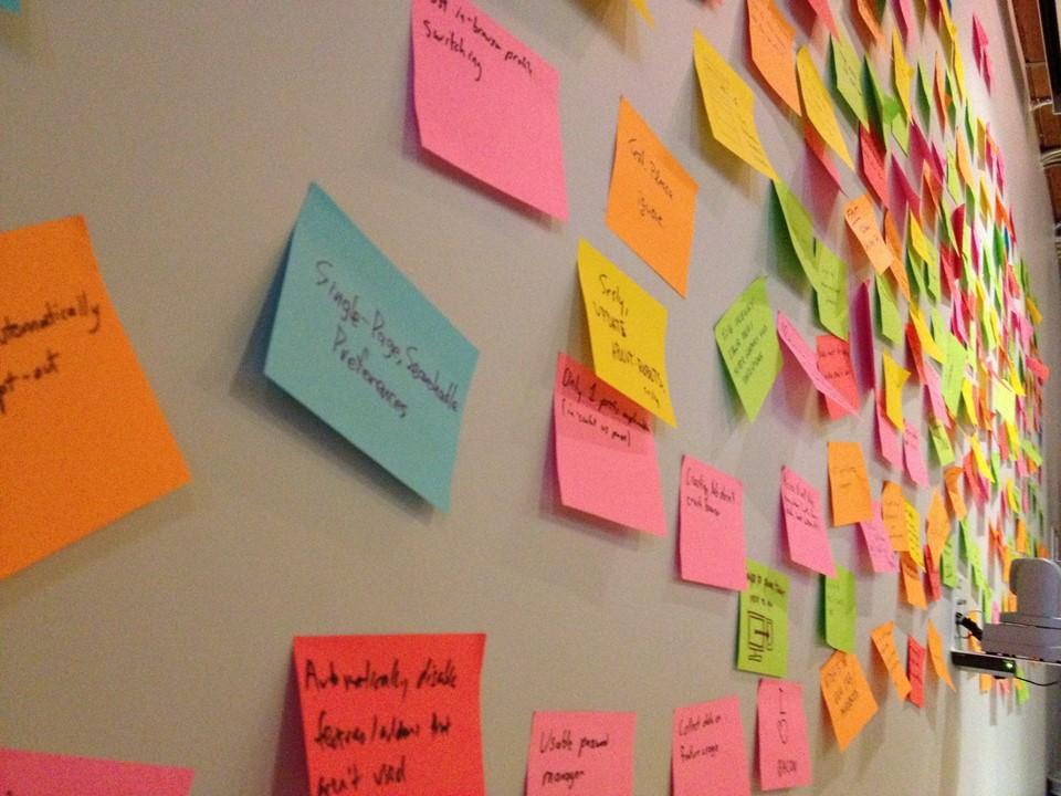 stavnate-slajdy-post-it-lepici-papirky-brainstorming