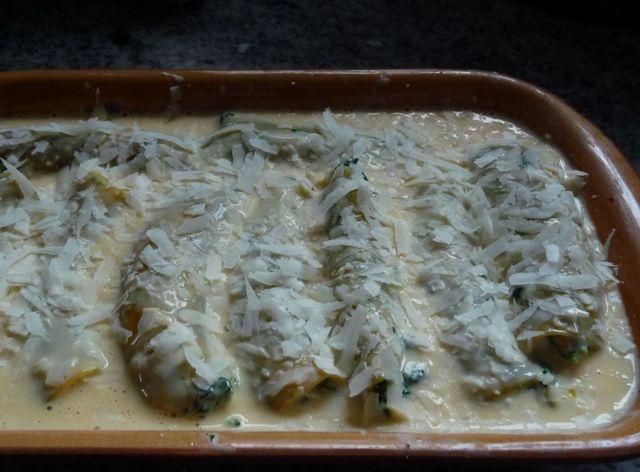 Canneloni mit einer Füllung aus Frischkäse, Blattspinat und Pinienkernen