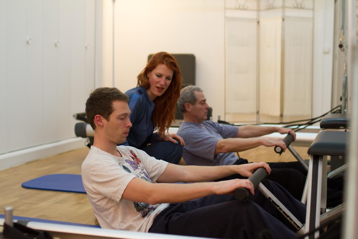 Pilates représente également un défi pour nos clients masculins. (Cliquez pour agrandir). Pilates is challenging for our male clients too. (Click to expand).