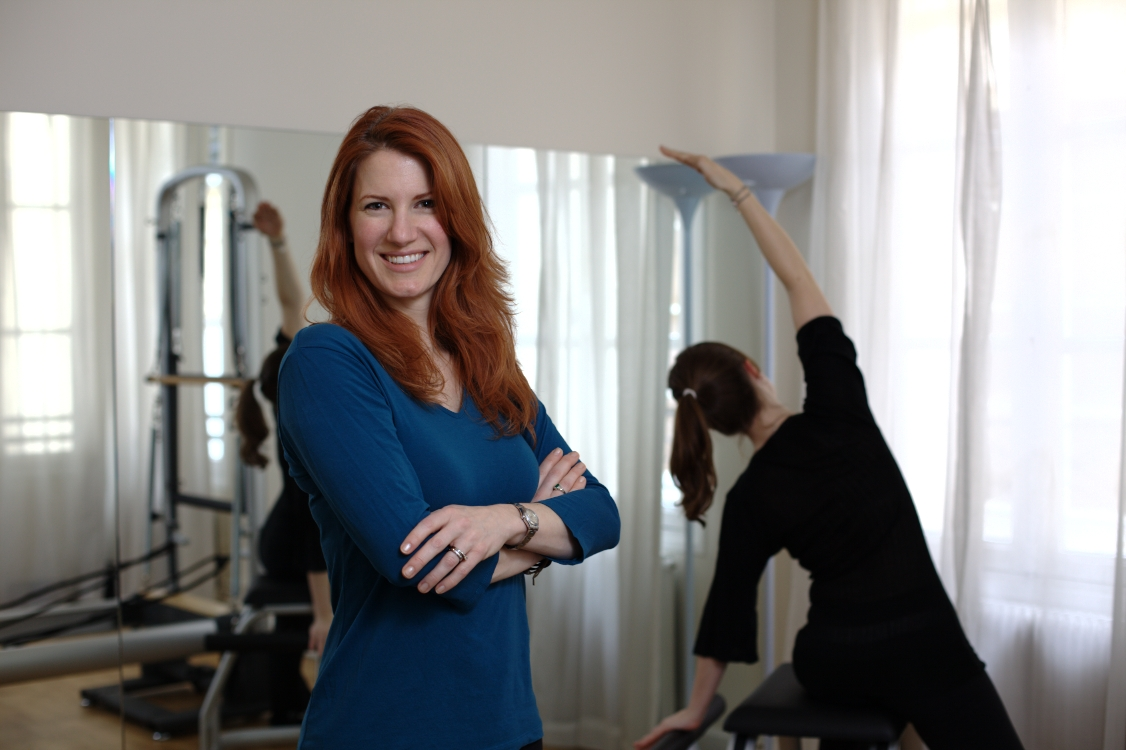 "Erin est une ancienne danseuse professionnelle qui enseigne le Pilates depuis 17 ans dans 4 pays. En 2004, elle a fondé sa propre entreprise de Pilates et créé le «Pink Ribbon Pilates Program» (programme de formation au ruban rose) destiné à aider les femmes à se remettre d'un cancer du sein, à l'hôpital Morton Plant, ainsi que d'autres programmes de réadaptation des chirurgiens, chiropraticiens et kinésithérapeutes à New York, Tampa et Paris. Erin est accréditée par le Physical Mind Institute de New York pour former des étudiants et certifier les professionnels de l'instruction de Pilates: c'est le premier programme de certification officiel de Pilates au monde. Elle voyage également dans le monde entier pour des séminaires et des ateliers de formation afin de suivre l'évolution constante de la méthode Pilates. Elle parle couramment l'anglais et le français.  Erin is a former professional dancer who has been teaching Pilates for 17 years in 4 countries. She founded her own Pilates company in 2004, and created the ""Pink Ribbon Pilates Program"" - designed to help women recover from breast cancer surgery - at Morton Plant Hospital, as well as other programs for rehabilitating surgery patients and those recovering from back injuries with surgeons, chiropractors and physical therapists in NYC, Tampa and Paris. Erin is certified to train students and to certify Pilates Instruction professionals by The Physical Mind Institute in NYC: the world's first formal Pilates certification program. She also travels around the world for seminars and training workshops to keep up with the continuing evolution of the Pilates Method. She speaks fluent English and French."