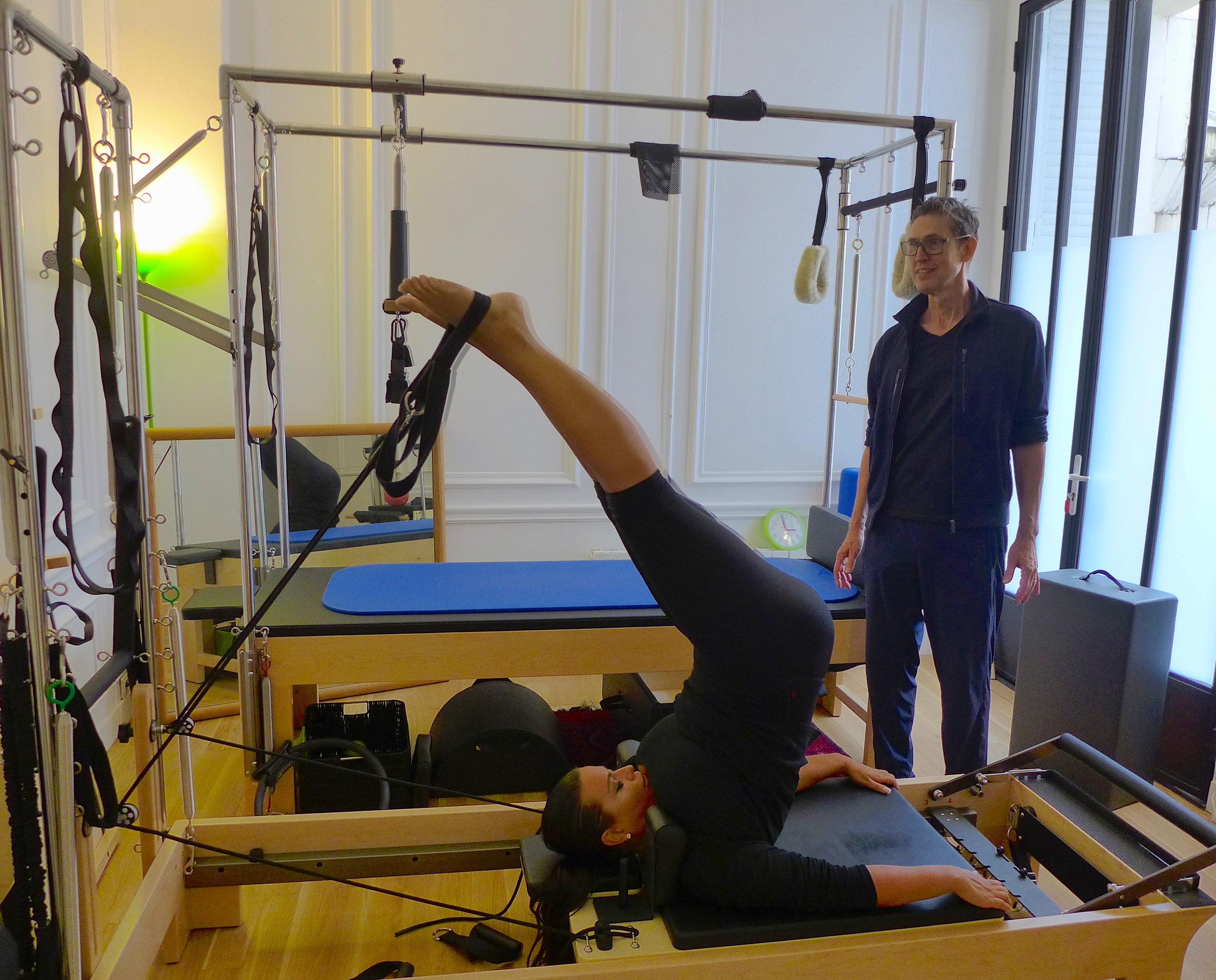 Pilates sur le réformateur vous permet de rester souple et fort. (Cliquez pour agrandir). Pilates on the reformer keeps you flexible and strong. (Click to expand)