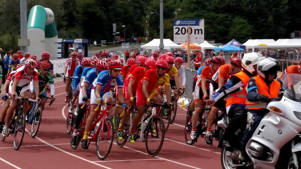 The chaotic start of the Mens tandem start at the UCI Para-Cycling World Championships