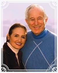 Fundadores en E. U. A.  Gerald G. Jampolsky M. D. y Diane Cirincione Ph. D.