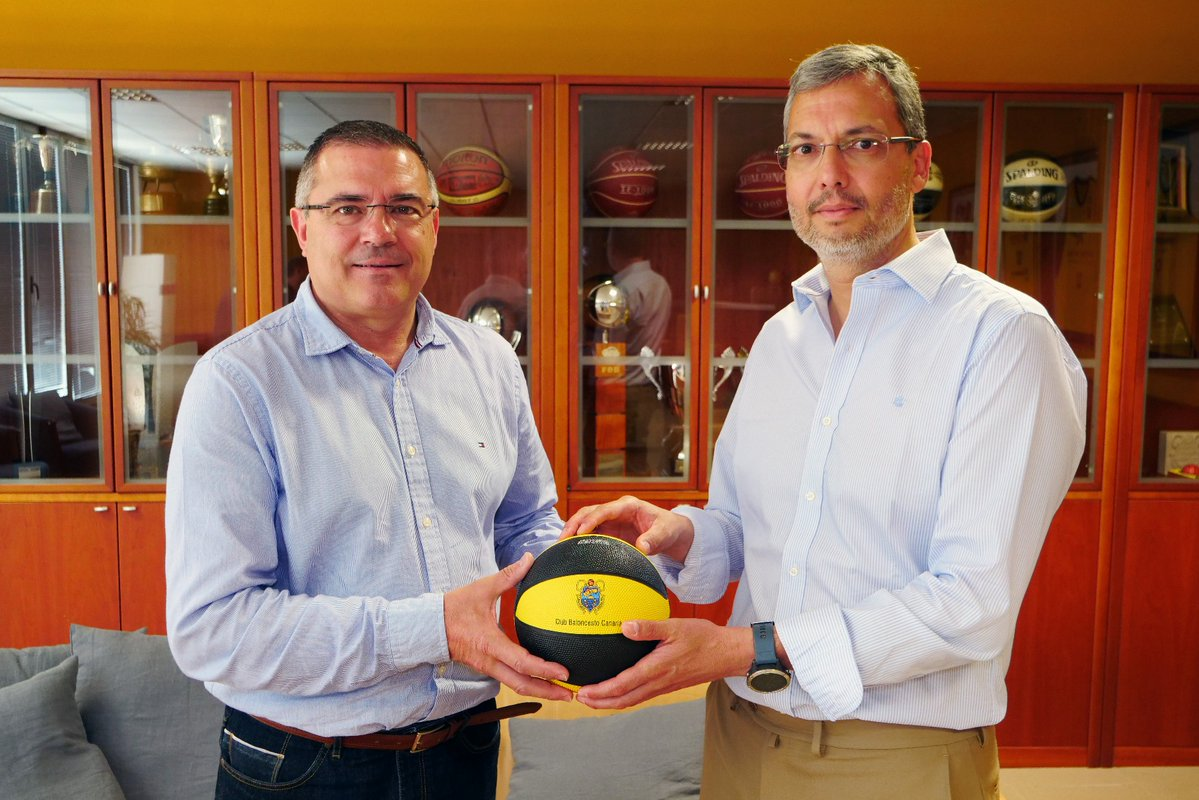 Félix Hernández, presidente canarista, y Javier Seco, presidente del CD Pureza 2022, en el momento de la firma del acuerdo