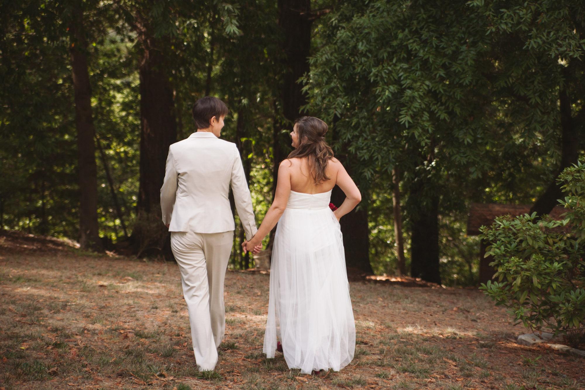 brides in white