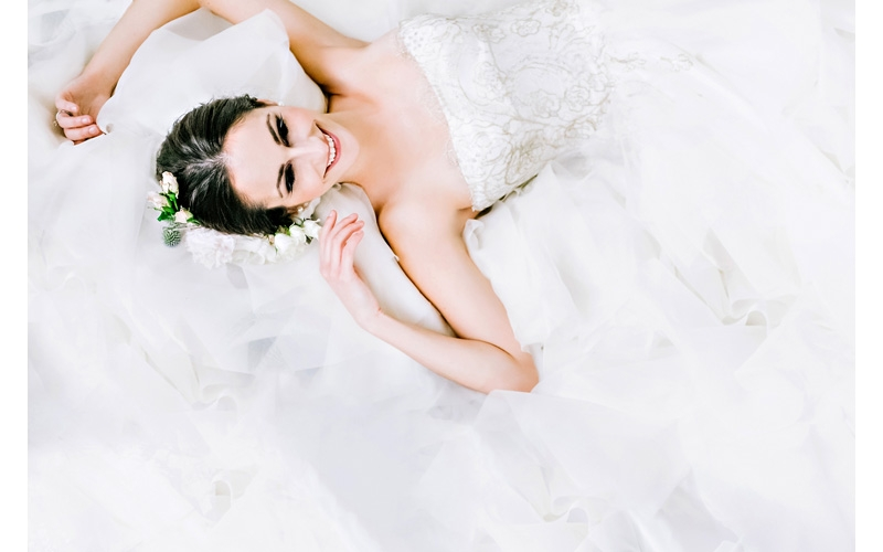 white-and-metallic-wedding-ideas-Junebug-Weddings-Chelsea-Patricia-Photography-1.jpg