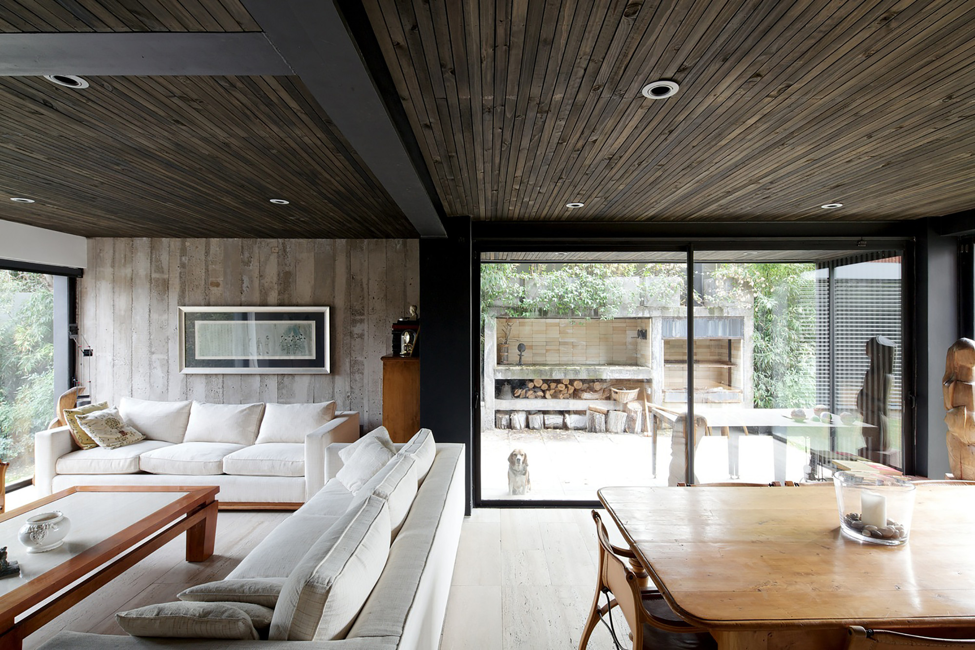 Raw industrial finishes and non-toxic interior materials and finishes allow for better indoor air quality (IAQ): project by V House / Mathias Klotz © Nico Saieh