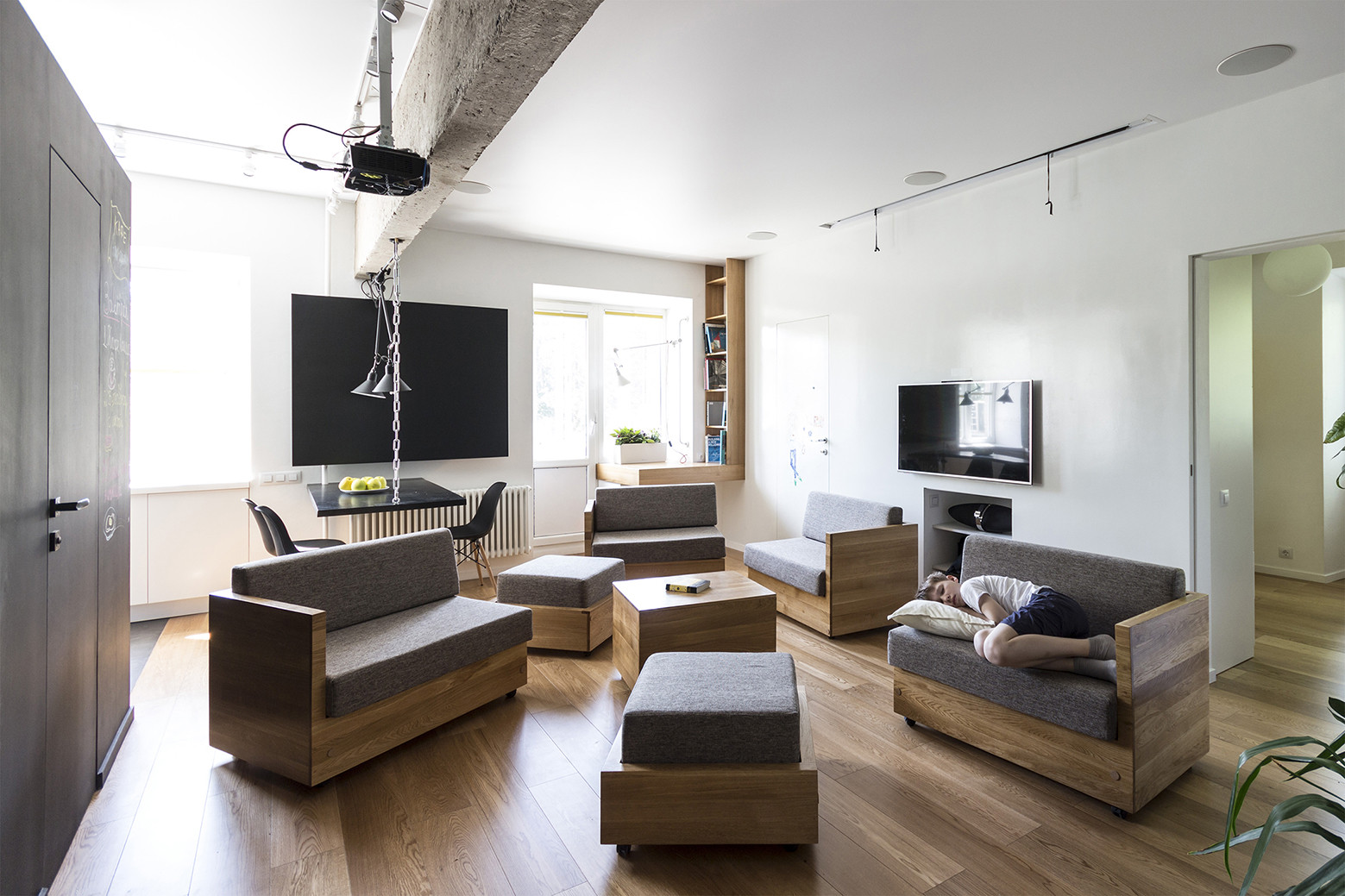 Simple and non-toxic finishes, and modular furnitures in the living area allow for multipurpose use of the space: project by Bagritsky / Ruetemple © Ruetemple