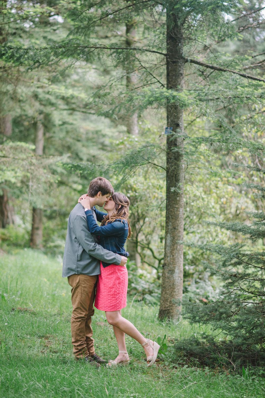 Portland-oregon-romantic-engagement-session-photographer-hoyt-arboretum-washington-park-shelley-marie-photography-forest-natural-woodland-kiss-11