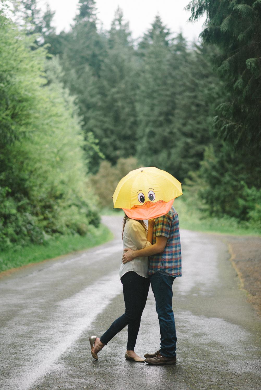 portland-oregon-ducks-engagement-session-photographer-hoyt-arboretum-washington-park-shelley-marie-photography-forest-natural-woodland-umbrella-kiss-9