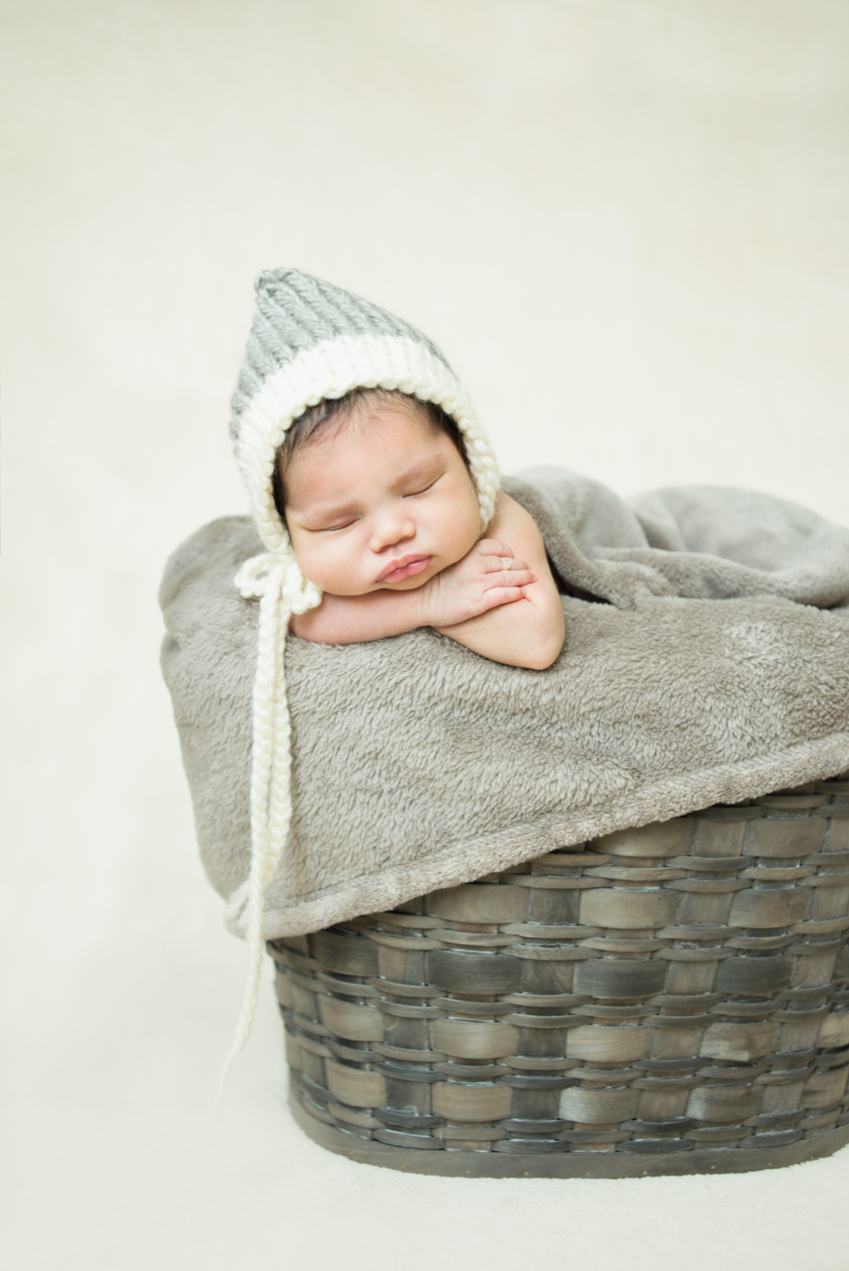 best-newborn-photographer-in-portland-oregon-cream-and-gray-baby-basket-pixie-bonnet-shelley-marie-photo-4