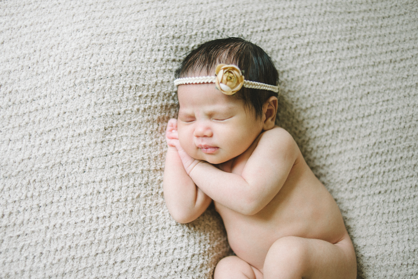 best-newborn-photographer-in-portland-oregon-flower-headband-cream-and-yellow-sleeping-baby-shelley-marie-photo-4