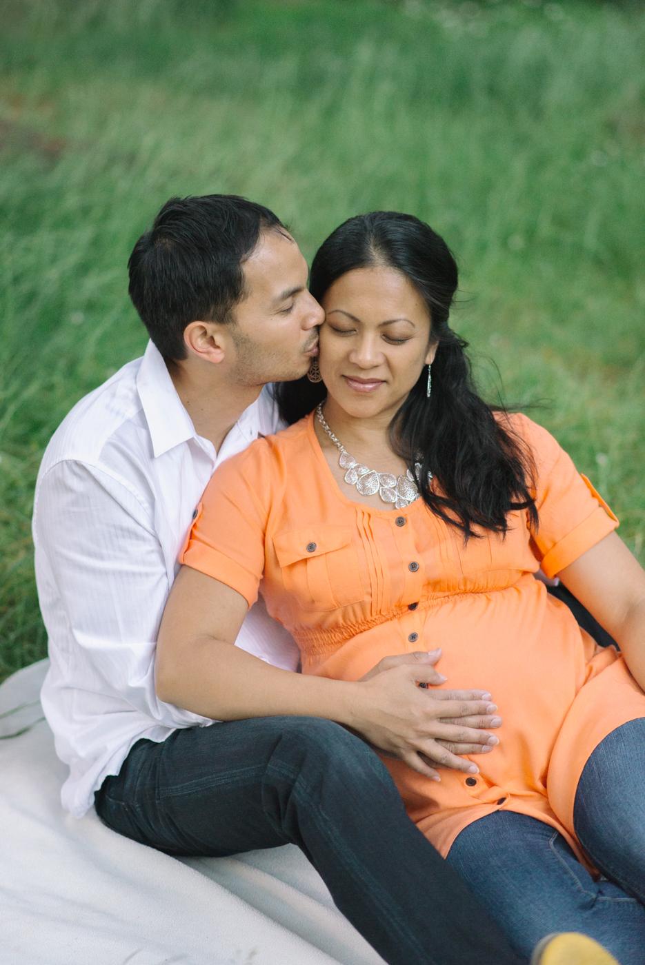 Portland-oregon-maternity-photography-couple-Hoyt-Arboretum-Washington-Park-picnic-professional-family-session-photos-natural-woodland-15