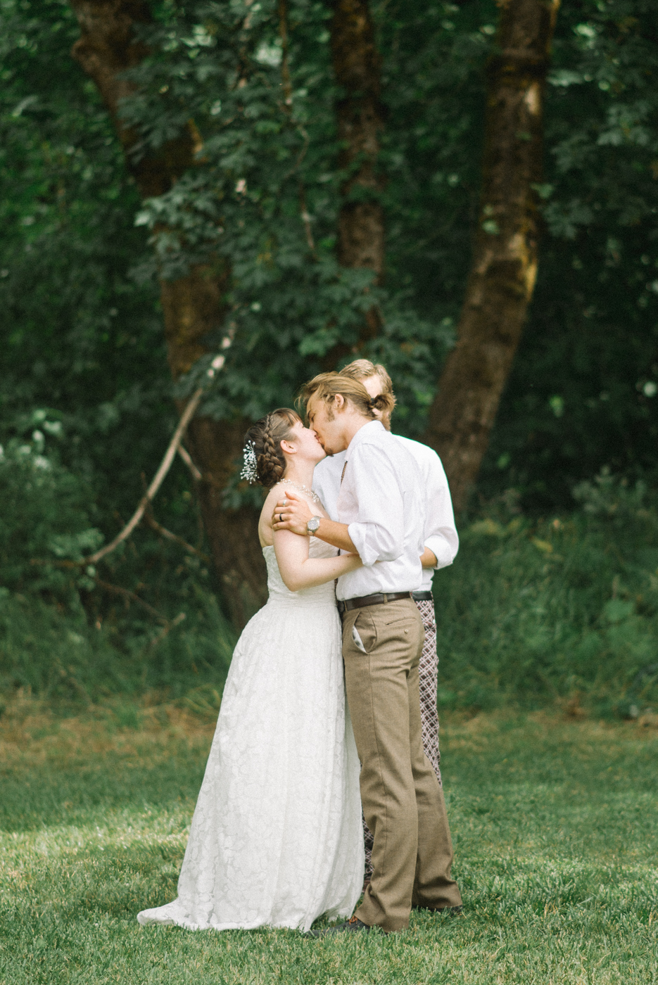 Dorris-Ranch-Wedding-kiss-Springfield-Oregon-Shelley-Marie-Photo-1