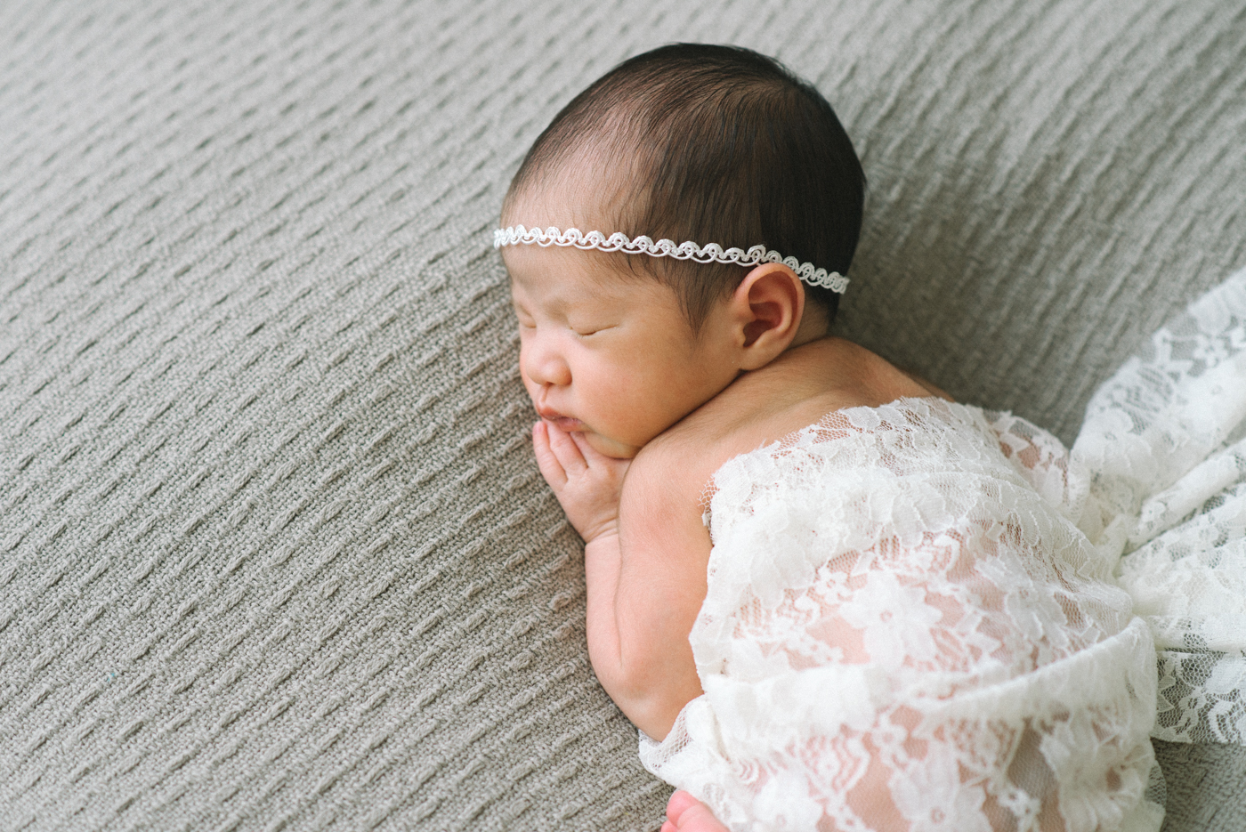 Best-Portland-Oregon-Newborn-photography-Sleeping-Baby-Maternity-Photographer-White-Lace-Wrap-Ribbon-String-Headband-Gray-Knit-Blanket-Shelley-Marie-Photography.jpg