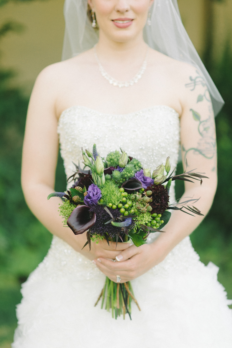 bouquet-portland-oregon-wedding-photographer-mcmenamins-edgefield-natural-bride-portrait-romantic-kiss-shelley-marie-photo-16
