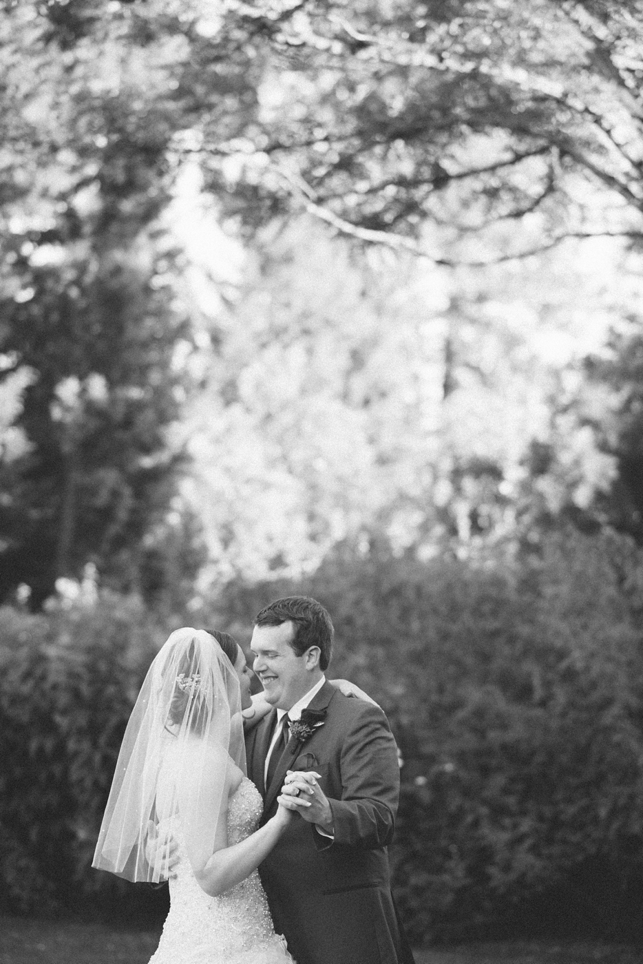 portland-oregon-wedding-photographer-mcmenamins-edgefield-natural-couples-portraits-romantic-kiss-black-and-white-shelley-marie-photo-12