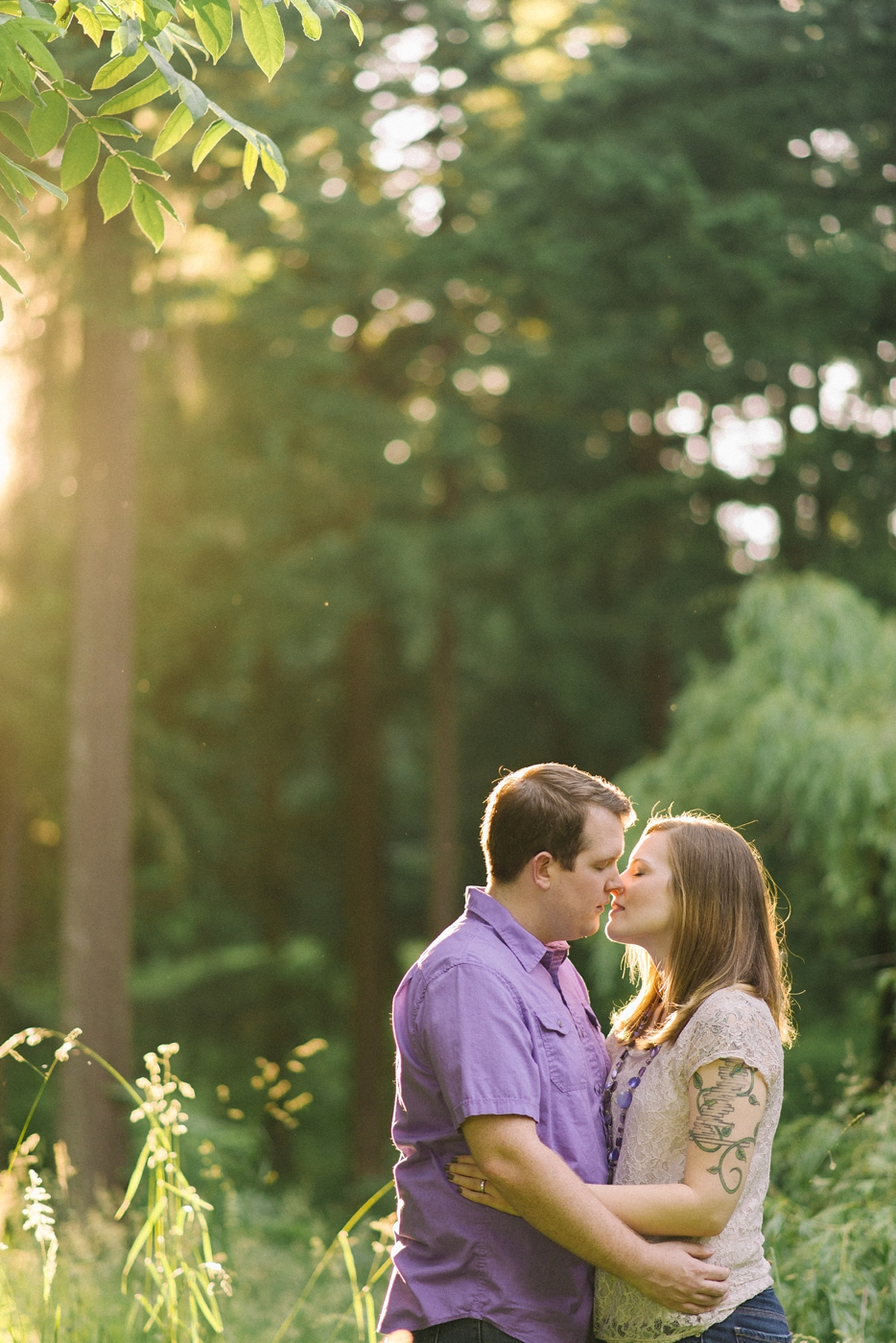 engagement-photography-portland-oregon-hoyt-arboretum-washington-park-romantic-kiss-couples-portraits-nature-natural-light-forest-field-shelley-marie-photo-16