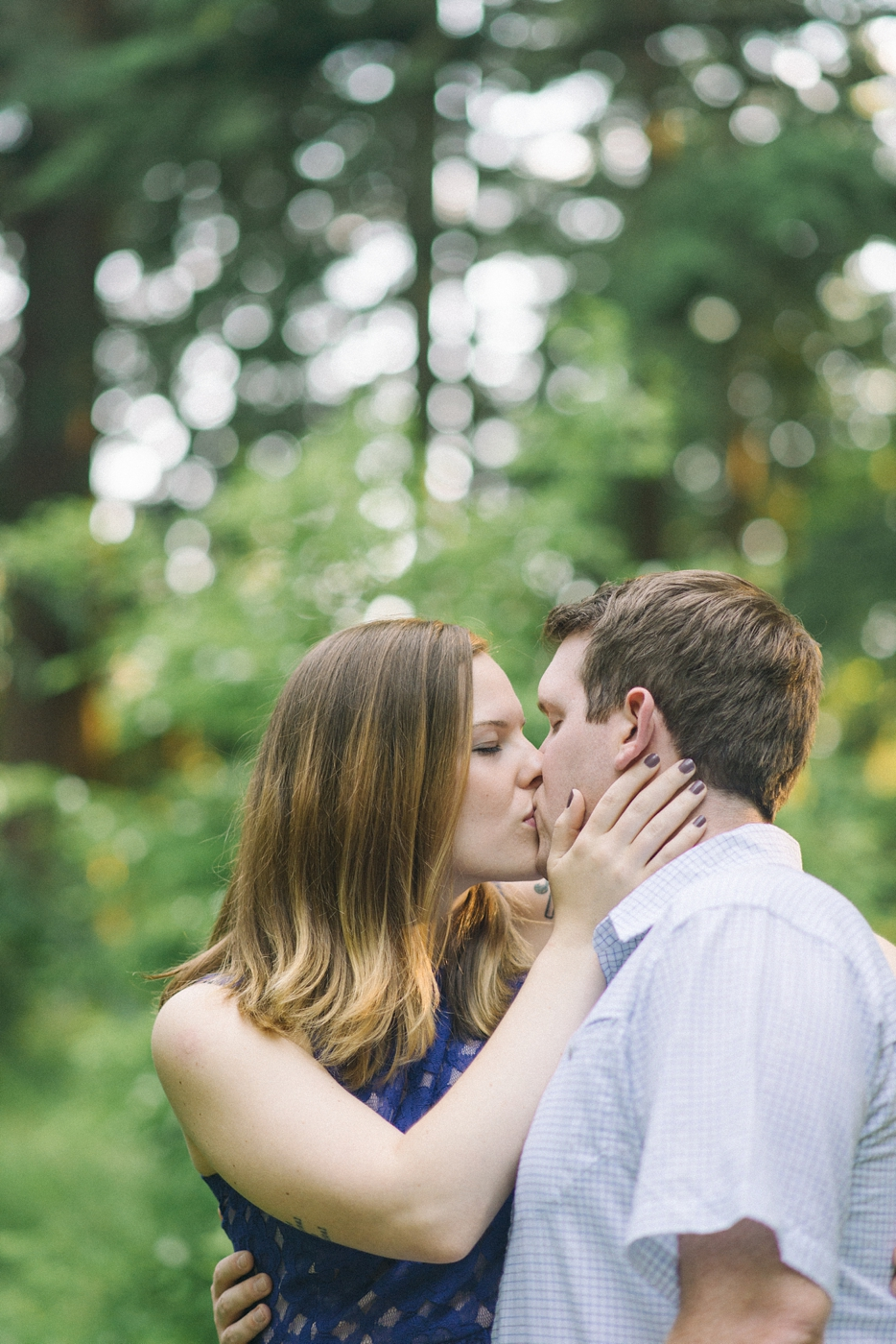 engagement-photography-portland-oregon-hoyt-arboretum-washington-park-romantic-kiss-couples-portraits-nature-natural-light-forest-field-shelley-marie-photo-13