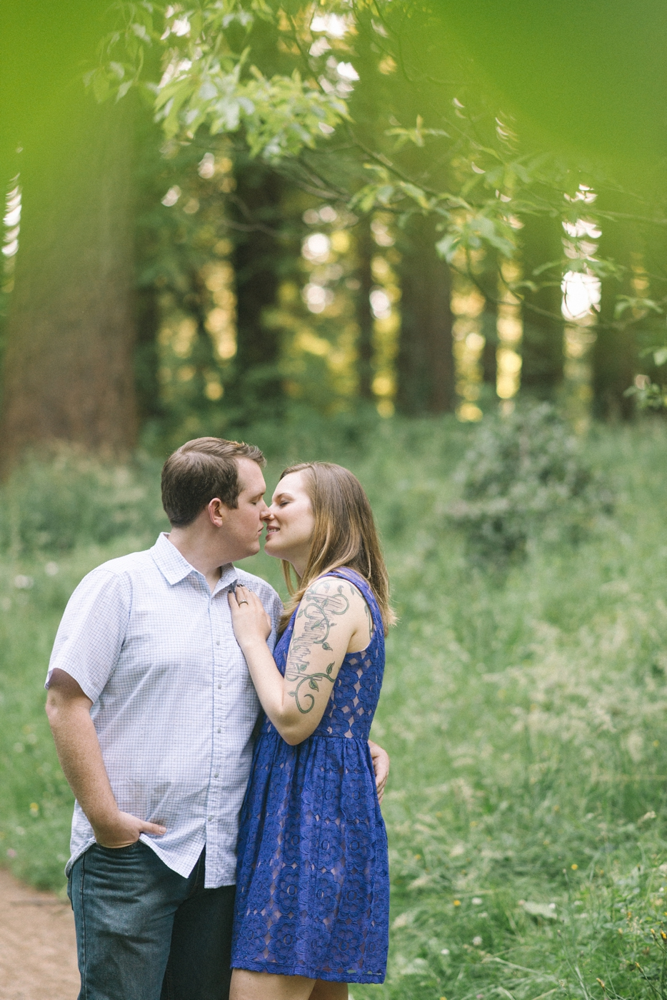 engagement-photography-portland-oregon-hoyt-arboretum-washington-park-romantic-kiss-couples-portraits-nature-natural-light-forest-field-shelley-marie-photo-11