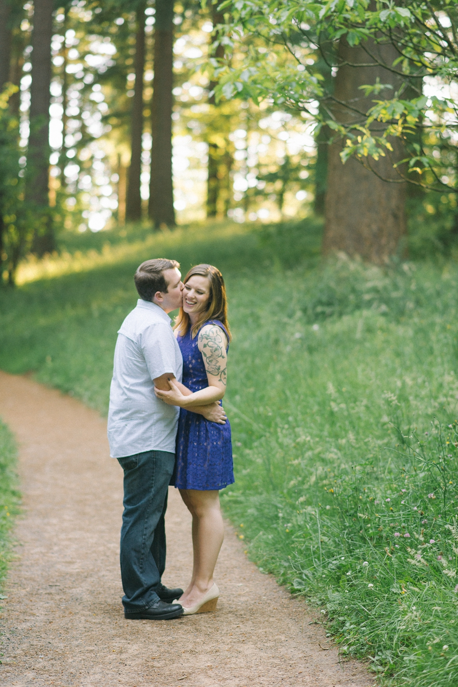 engagement-photography-portland-oregon-hoyt-arboretum-washington-park-romantic-couples-portraits-kiss-nature-natural-light-forest-field-shelley-marie-photo-9