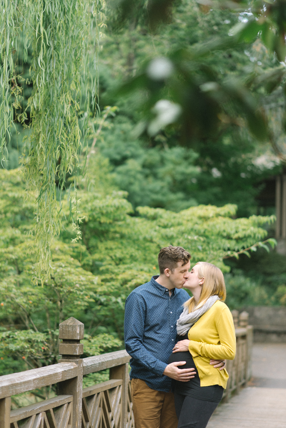 portland-oregon-maternity-photography-pregnancy-crystal-springs-rhododendron-garden-kiss-sweet-romantic-bridge-weeping-willow-shelley-marie-photo-5