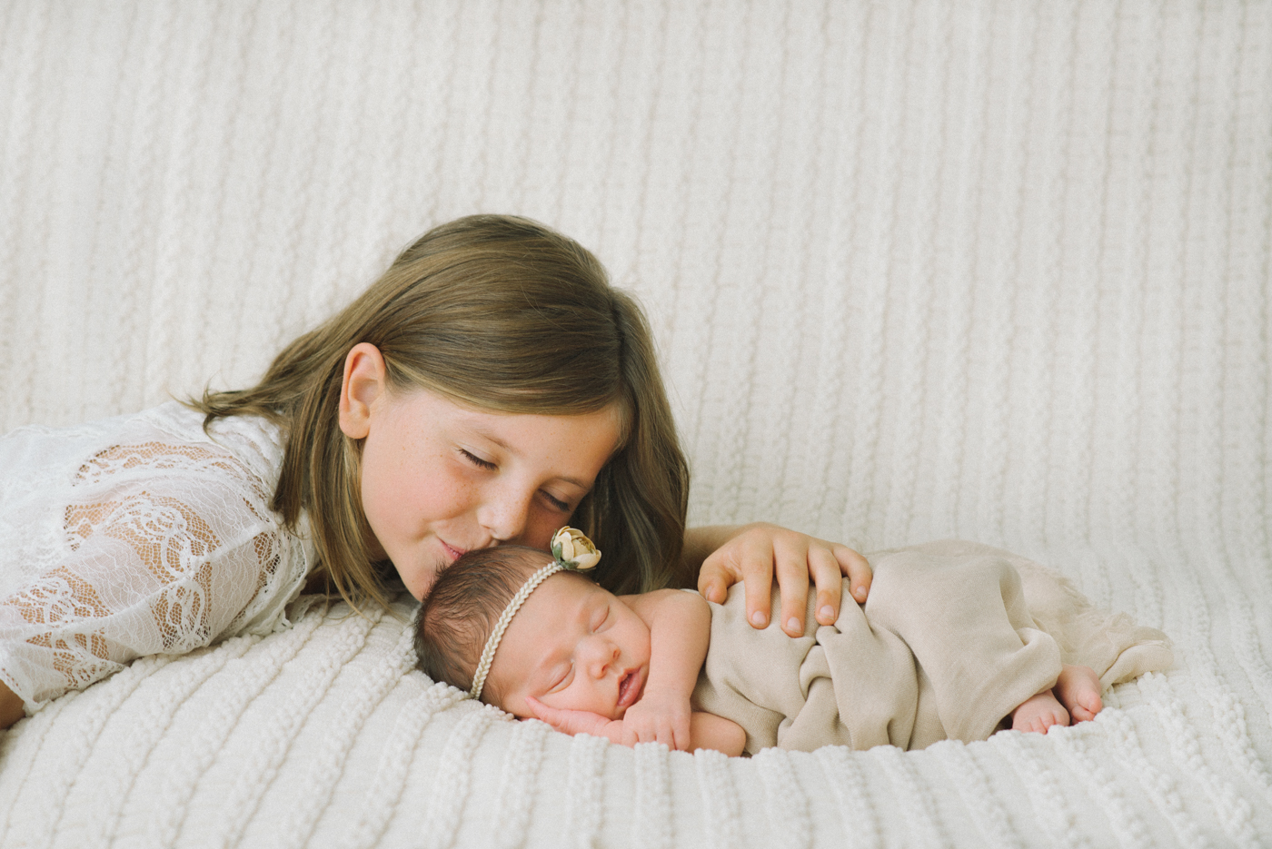 best-newborn-photographer-portland-oregon-shelley-marie-photography-baby-girl-with-sister-sibling-15