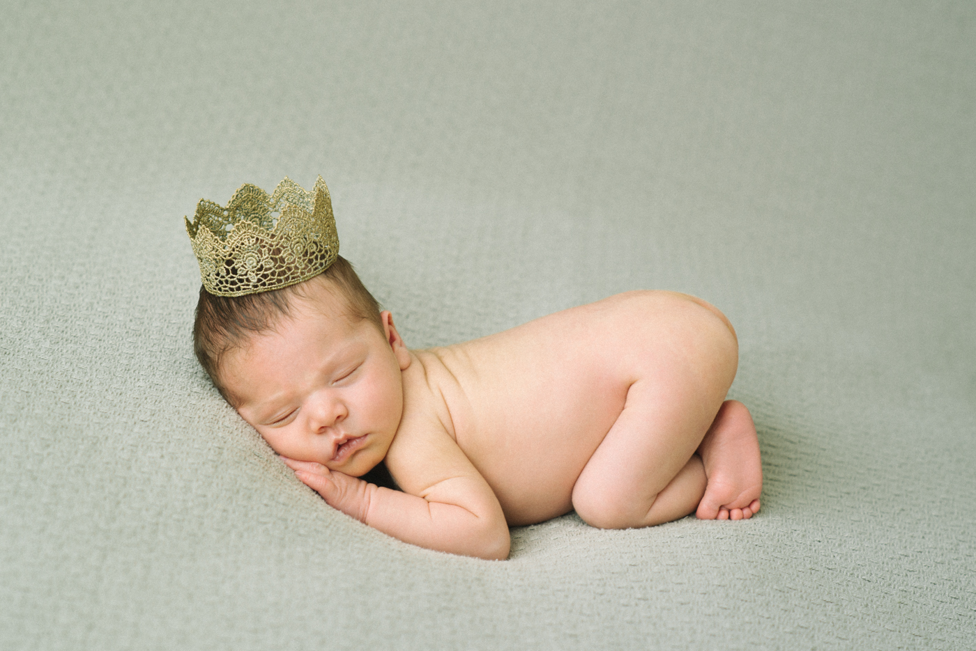 best-newborn-photographer-portland-oregon-shelley-marie-photography-baby-girl-golden-crown-sleeping-38