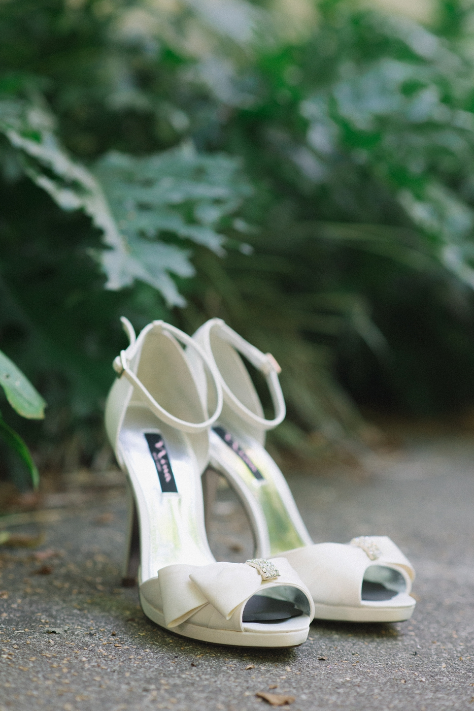 Portland-Oregon-Wedding-photographer-mcmenamins-edgefield-white-shoes-shelley-marie-photography-1